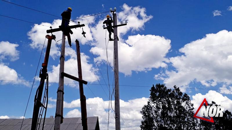 Восстанавливается сломанный электрический столб в селе М.Ханчалы