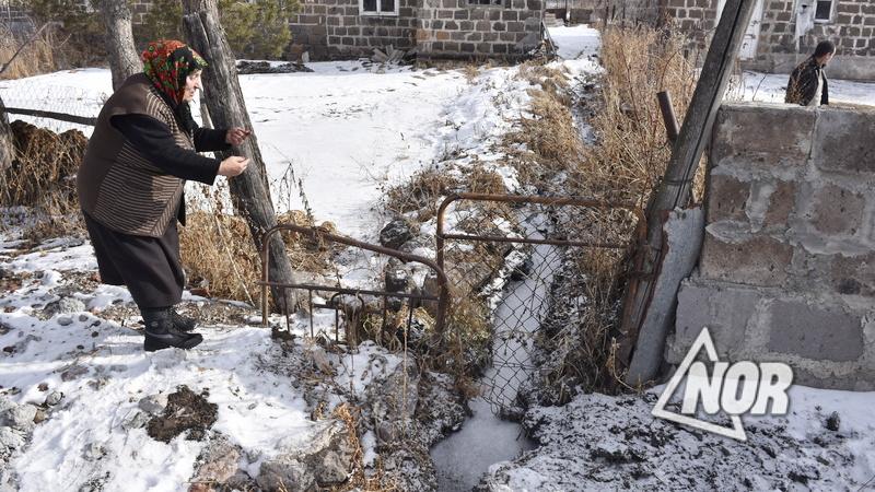 Водосточные воды вливаются в огород Лусик Варданян-Егоян/видео