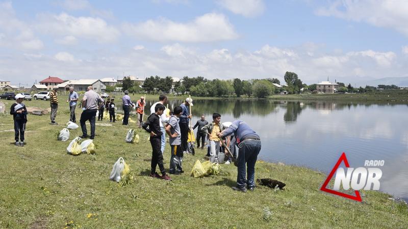 На территории Круглого озера провели посадку саженцев\фото