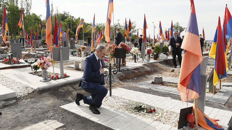 Армянский премьер почтил память жертв Карабахской войны в «Ераблуре»