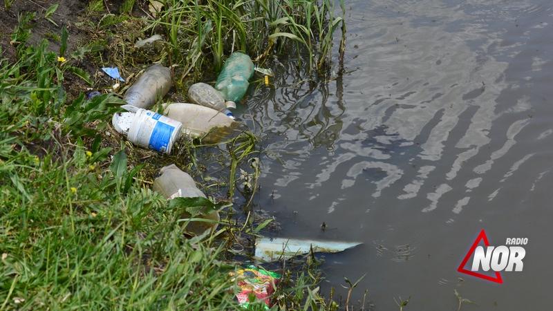 Пластиковые бутылки и мусор «плавают» в реке Араз/фото