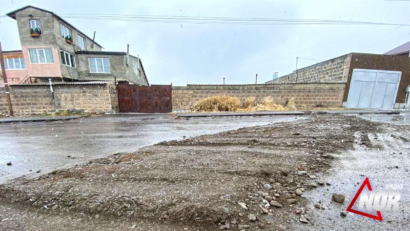 Ջրամատակարարման համակարգի վերանորոգման ընթացքում վնասված ճանապարհները ծածկված են ավազով