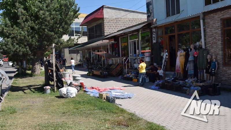 Уличная торговля всё ещё актуальна в Ниноцминде