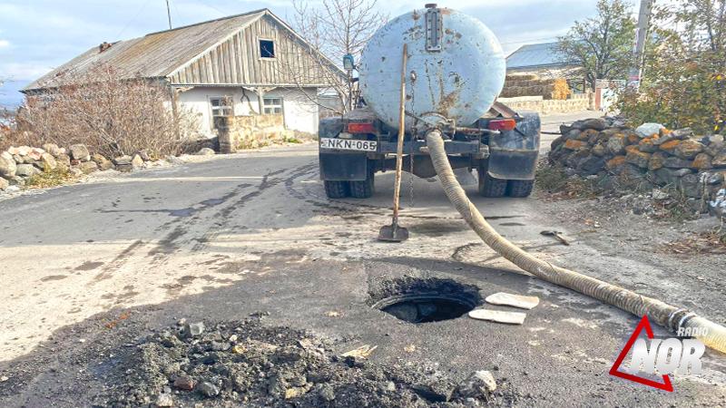 Из-за некачественных работ по асфальтированию портятся канализационные отстойники и система