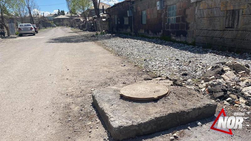 Восстанавливаются канализационные люки на улице Церетели