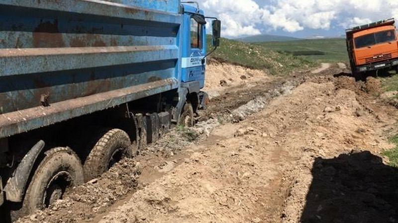 Грузовики застряли на дороге песчаного карьера