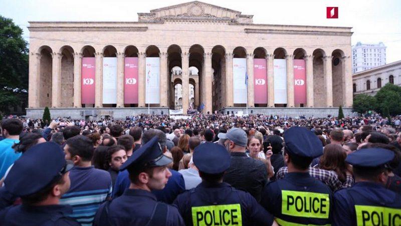 В Тбилиси прошла акция с требованием упразднения комендантского часа