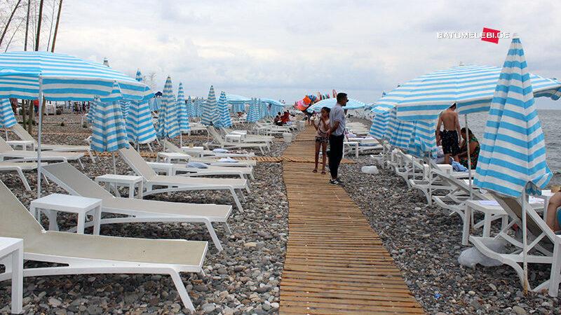 Хочешь позагорать у моря — арендуй шезлонг. Кому принадлежат пляжи Батуми?