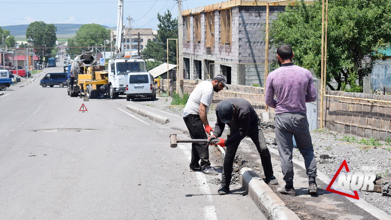 Проводится ремонт тротуаров на улице Свободы