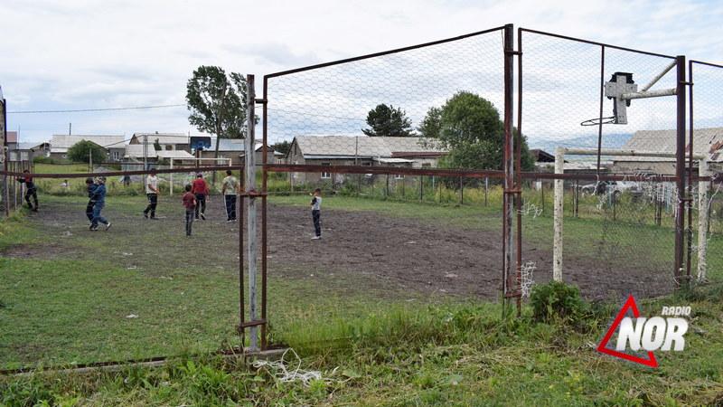 Мини-стадион для футбола в селе Малые Ханчалы находится в плачевном состоянии