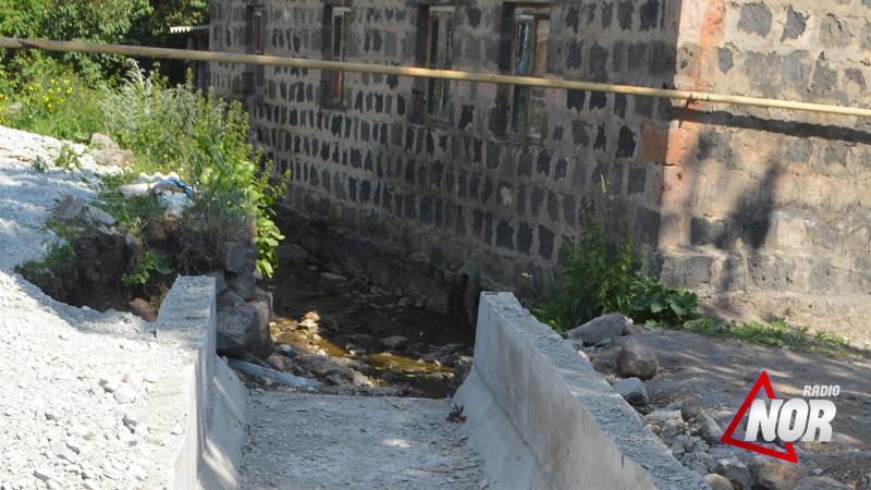 Строительные работы моста на улице Гагарина привели к гниению реки Агричай