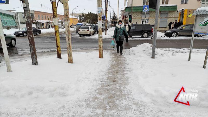 Замерзшие тротуары мешают пешеходному движению