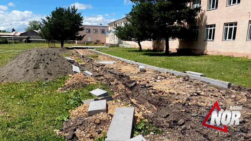 Начат частичный ремонт и благоустройство двора школы №2 города Ниноцминда