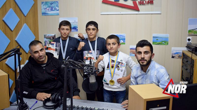 Тренер по кикбоксингу Сергей Тонаканян и его спортсмены в эфире радио NOR