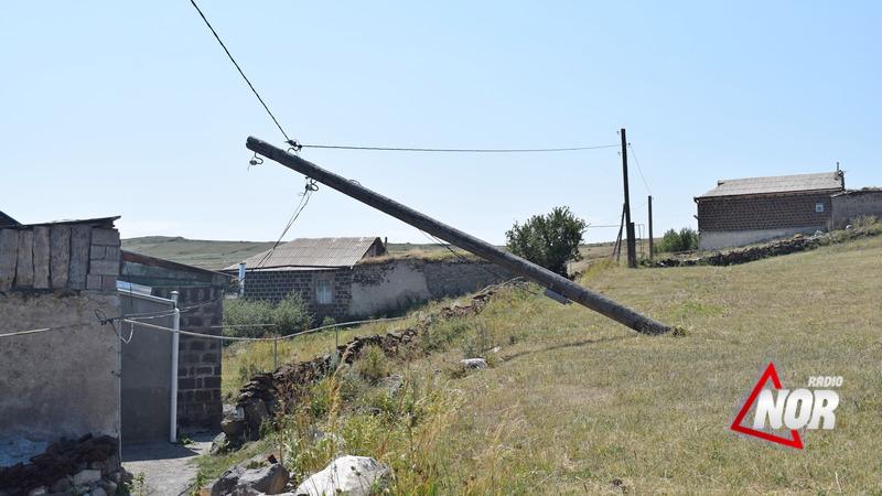 В Эштии электрический столб на грани разрушения